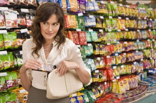 жінка крала продукти у супермаркеті