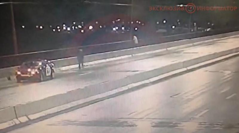 скріншот з відео: Жінка ледь не кинулася з мосту в Дніпрі<br /> <br />