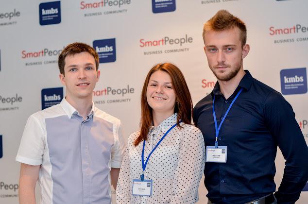 Максим Степаненко (праворуч) та Оксана Семенюк завдяки участі в змаганнях потрапили до команди Smart People. На фото - з керівником Smart People Тарасом Комаренком