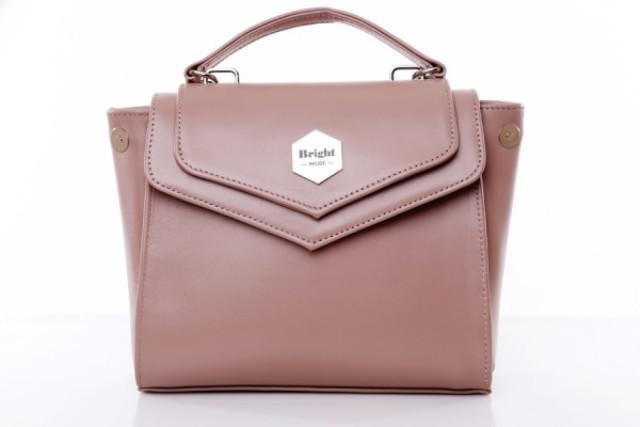 У сумках від вітчизняних виробників вдало переплітаються останні світові  тенденції і чисто український підхід до справи. Подібні моделі дизайнерських  ... 013dd46d6313d