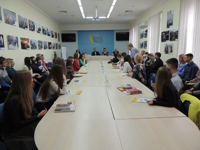 Конференц-залу НСЖУ вщерть заповнили юні журналісти з усієї України, їхні батьки та вчителі