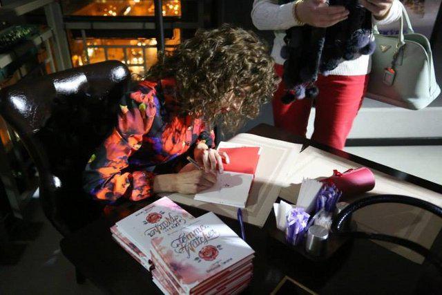 Після презентації Олександра Григорчук терпляче роздала декілька десятків автографів - черга за книжками вишикувалась до поетеси ледь не через весь зал