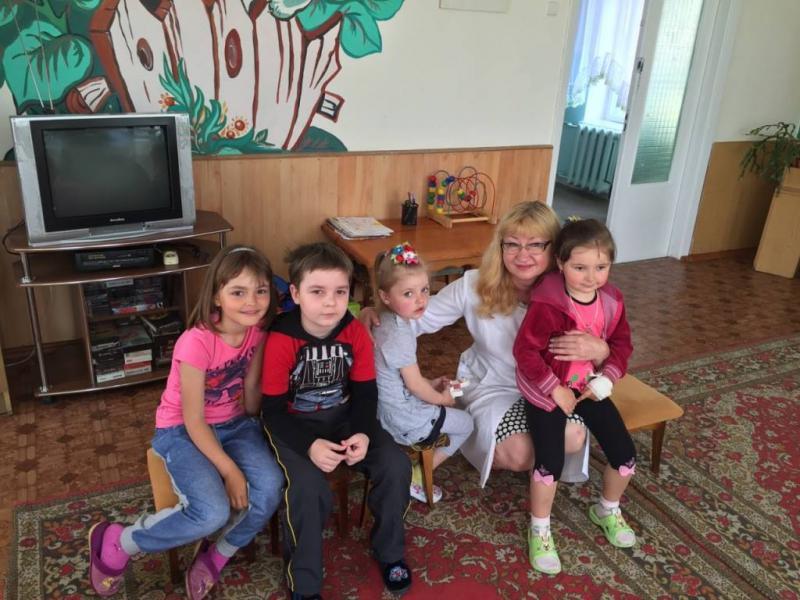 Оксана Лозова в ігровій кімнаті з пацієнтами