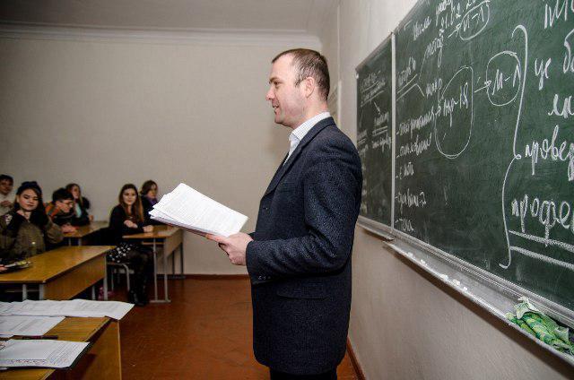 Керівник Школи універсального журналіста Віталій Голубєв проводить заняття з майбутніми абітурієнтами в Острозькій академії