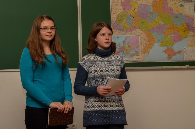 Під час занять Софія працює у парі з Анастасією, яка приїхала на Школу універсального журналіста з міста Краматорськ Донецької області