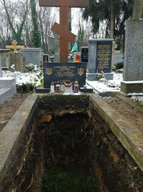 Розкопана могила Олександра Олеся на Ольшанському цвинтарі в Празі. Фото:  Ігор Булиг