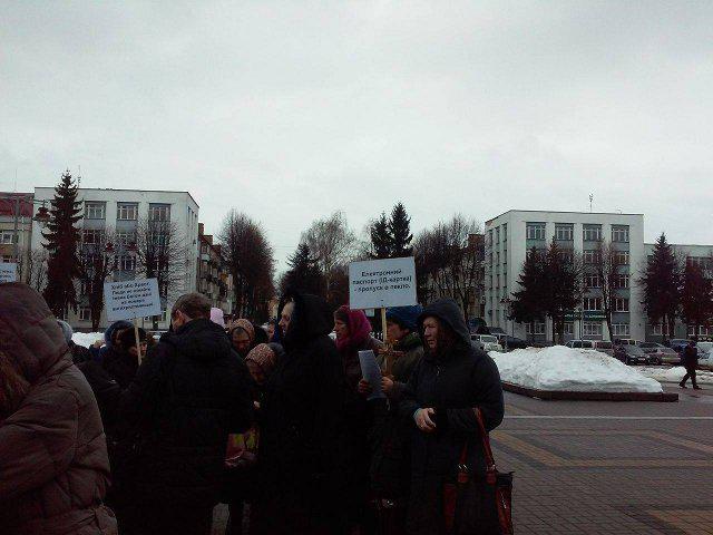 """У Рівному протестують проти """"пропуску у пекло""""  49b4b98854232"""