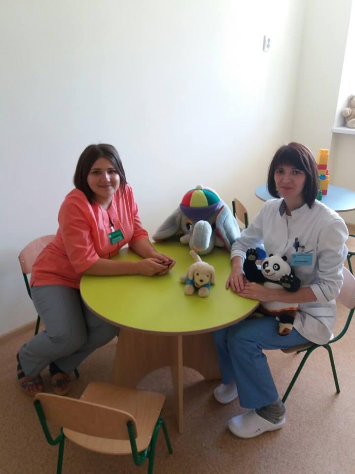 Медсестра процедурного кабінету Анна Новохацька  та медсестра Школи навчання самоконтролю хворих дітей на цукровий діабет