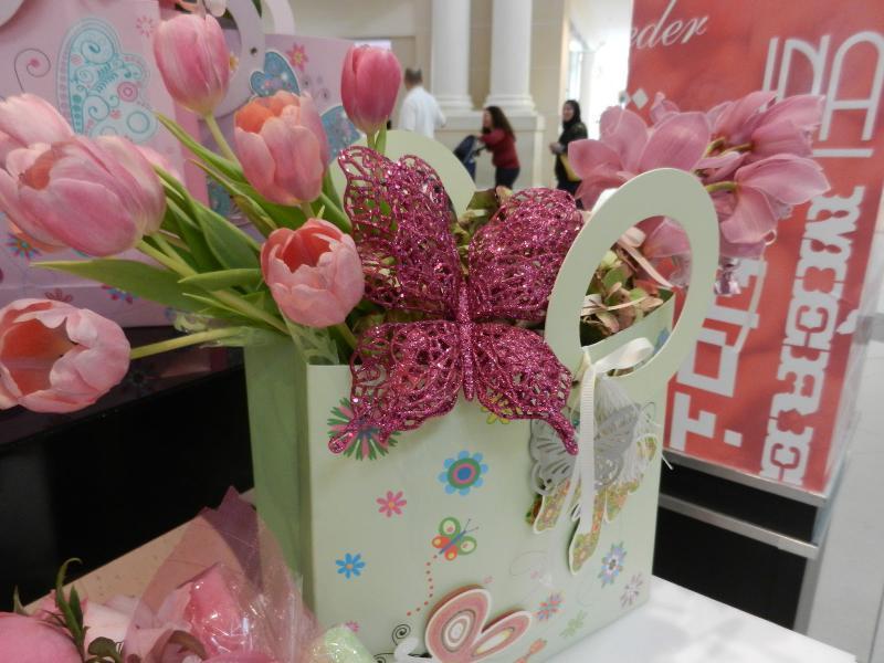9899a0b83245dc Чарівний букетик з троянд (5 шт.) коштуватиме в межах 200 гривень, а  весняного настрою додадуть тюльпани, котрі оцінюють в 15-20 гривень за  квіточку.
