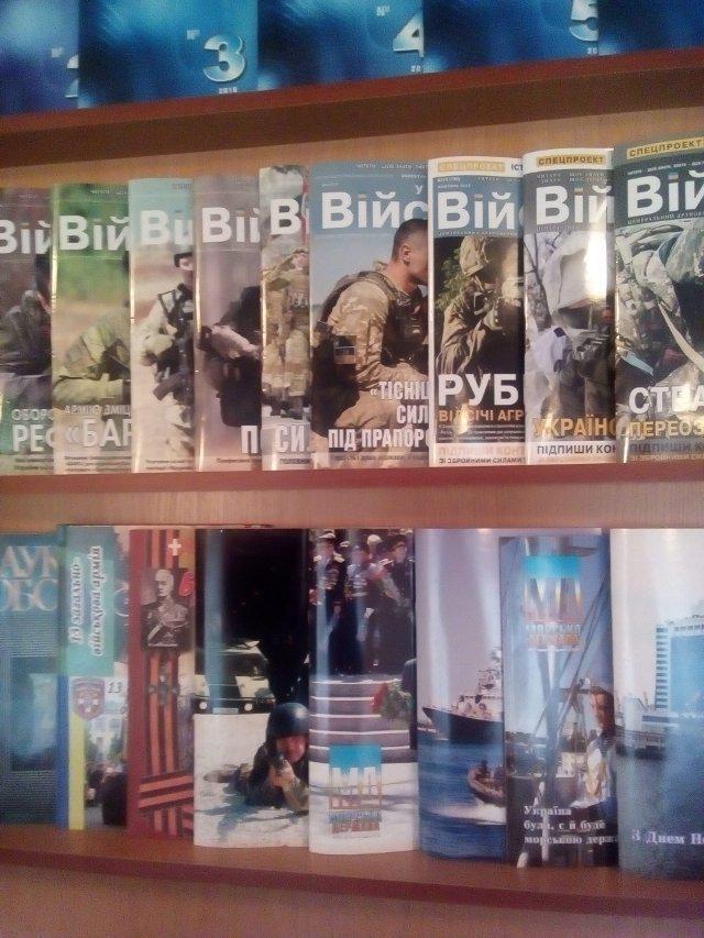 Стенд із військовими виданнями в бібліотеці. Фото Олександра Шевчука
