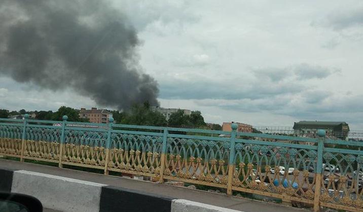 У Рівному рятувальники ліквідують пожежу натериторії військової частини
