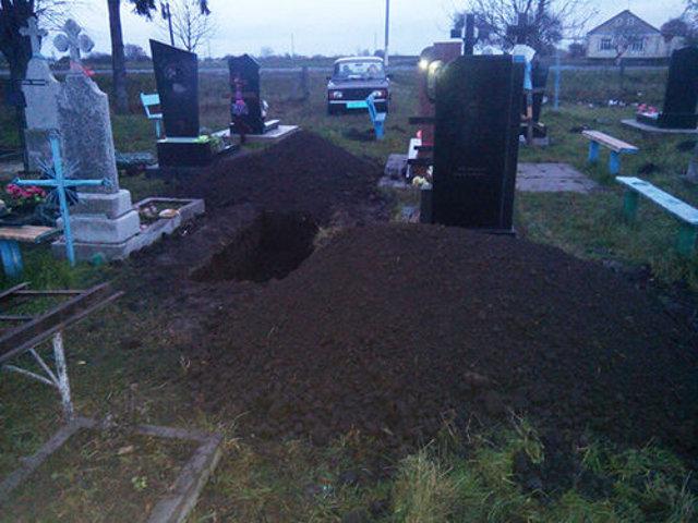 Щоб витягнути прикарпатця із могили, довелось викликати рятувальників