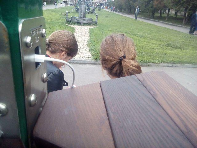 Дівчата заряджають телефони.<br /> <br /> Фото Олександра Шевчука