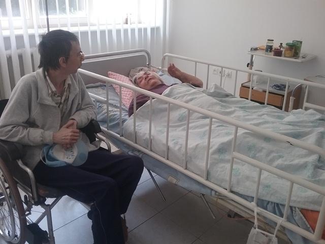 Юрій Баєв провідує маму в реанімації.