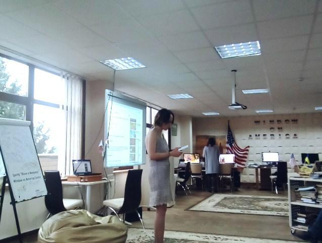 Олександра-Ксенія Медвідь читає вірші.