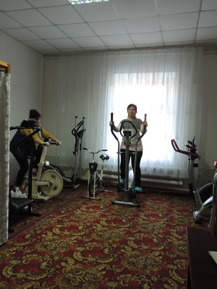 Пацієнти водолікарні займаються фізичними вправами на орбітреках та велотренажерах