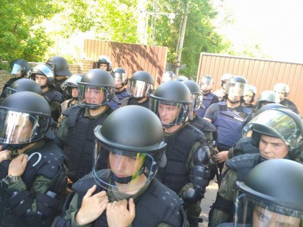 Поліцейські, які чергували під маєтком Льовочкіна<br />