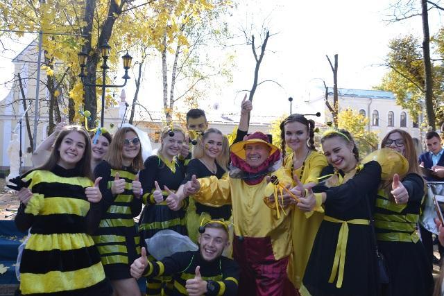 Ректор Ігор Пасічник у костюмі бджоляра зі студентами-бжілками