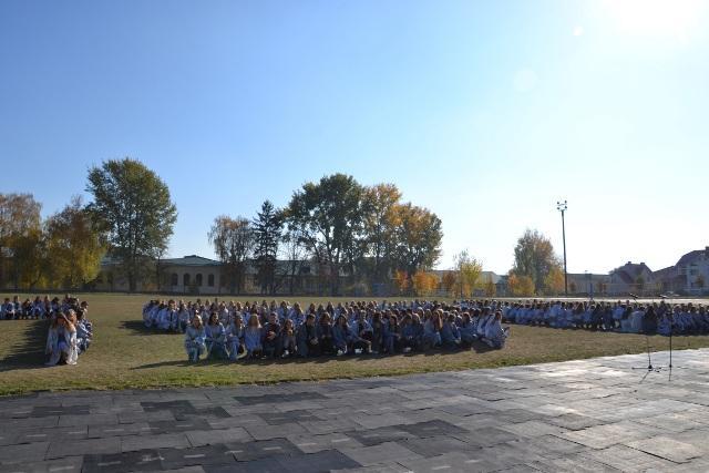 """Студенти-учасники флешмобу """"Традиція, що творить майбутнє"""""""