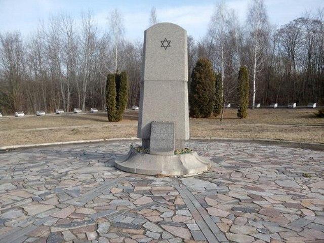 На фото – скорботний меморіал в урочищі Сосонки<br />