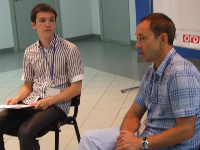 Під час зустрічі Віктор Данилов відповідав на запитання як ведучого Тараса Комаренка, так і присутніх