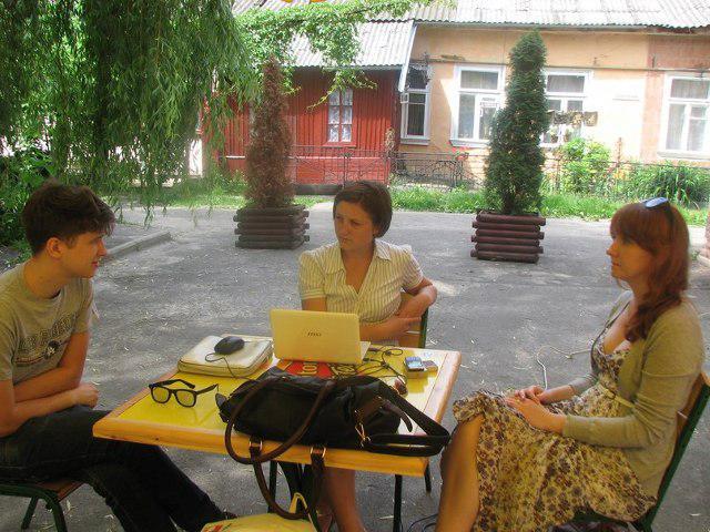 """Під час інтерв'ю. Літнє інформкафе """"Репортер OGO.ua"""""""