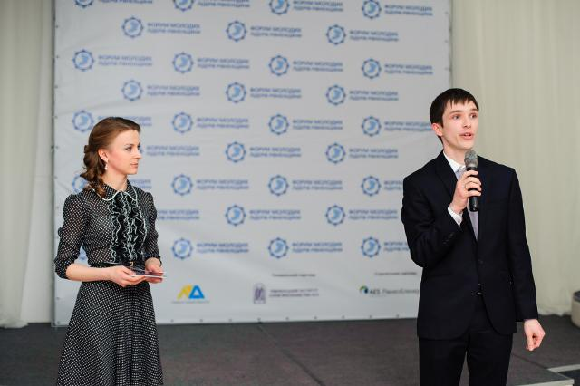 """Ведуча модних подій Рівного і телеканалу """"Рівне 1"""" Олена Гаврилюк щойно передала мікрофон для виступу організатору Форуму молодих лідерів Тарасу Комаренку"""