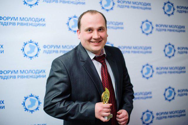 Підприємець і громадський діяч Михайло Племянник радіє кубку переможця