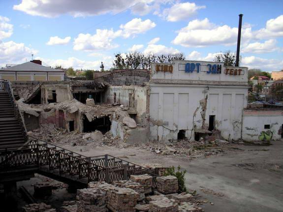 Напівзруйнований кінотеатр у 2007 році...
