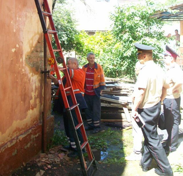 Франківських «надзвичайників» викликали, щоб погасити пожежу газової труби на стіні будинку