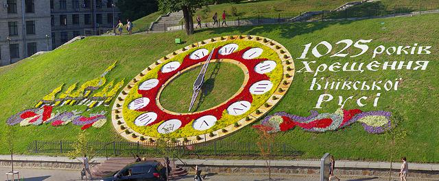 Має свій квітковий годинник і місто Львів. Його встановили у 2012 році  перед підземним переходом площі Митної. cab1245940055