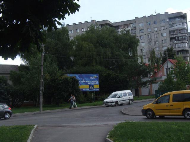 """На круговому перехресті Кавказької та Міцкевича у Рівному добре помітно """"кавказький"""" рельєф місцевості - вулиця Міцкевича тут стрімко іде вгору"""