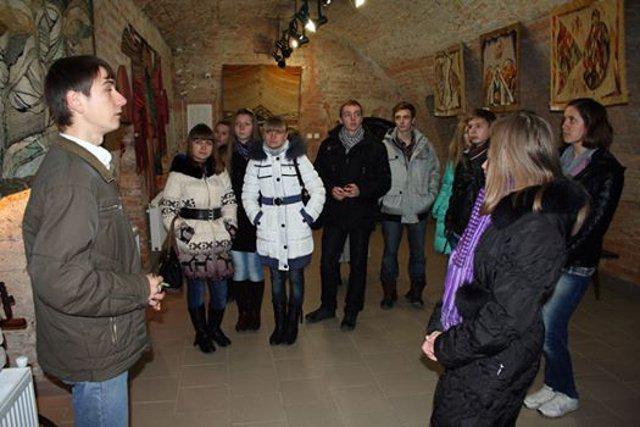 Учні Школи універсального журналіста знайомляться з підземною картинною галереєю Острозької академії