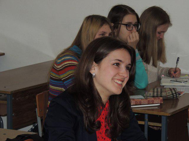НА ПОЗИТИВІ: Ася Стрільчук із Дубна на Рівненщині з інтересом слідкує, як виконала практичне завдання інша команда. Групова робота - постійна практика на ШУЖ