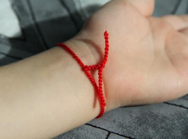 Червона нитка на руці: хто і навіщо носить?