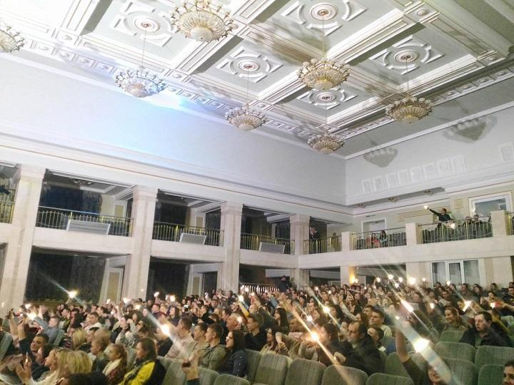 Вкінці вечора пролунала заключна пісня, а зал підтримав артистів, увімкнувши ліхтарики.