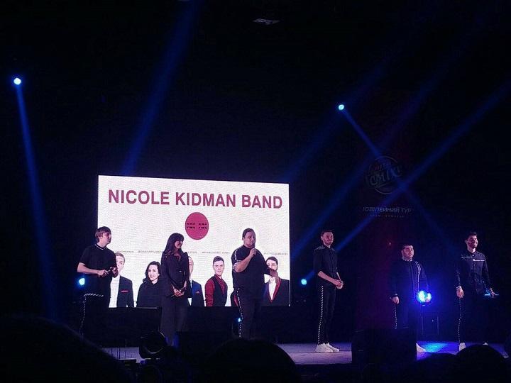 """У коміків з команди """"Ніколь Кідман""""це був """"крайній"""" концерт туру, тож їнші команди їм влаштовували сюрпризи серед їхніх номерів."""