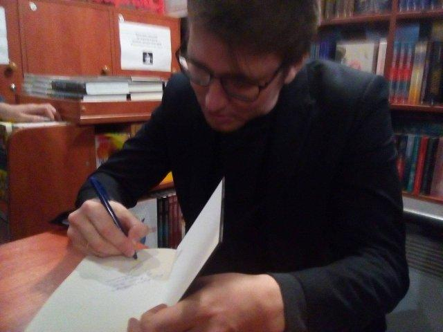Василь Зима підписує книгу. Фото Олександра Шевчука.