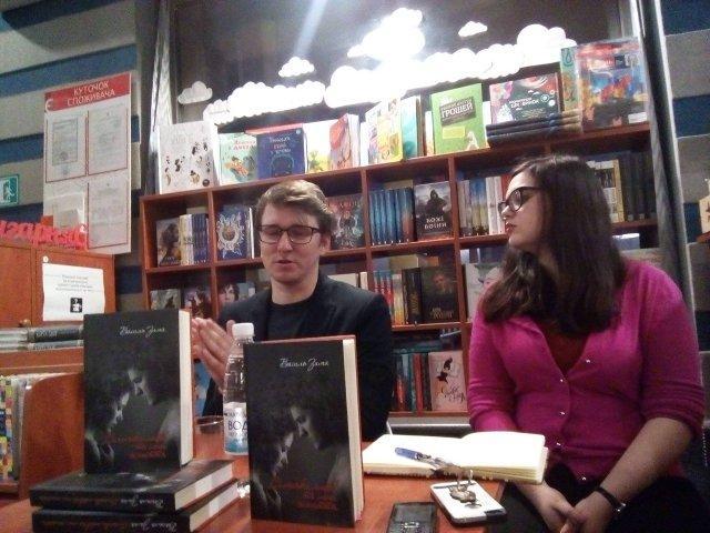 Василь Зима розповідає про свою нову книгу.  Фото Олександра Шевчука.