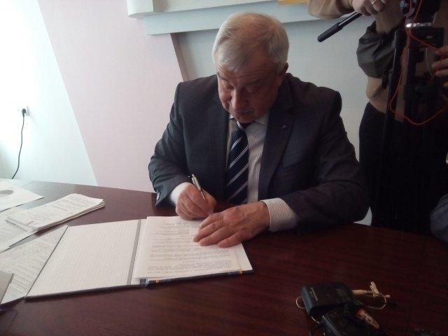 Іван Ткачук підписує Меморандум