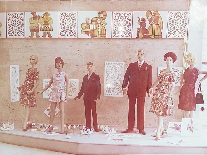 Демонстрація моделей одягу на манекенах (1970-ті роки)<br />