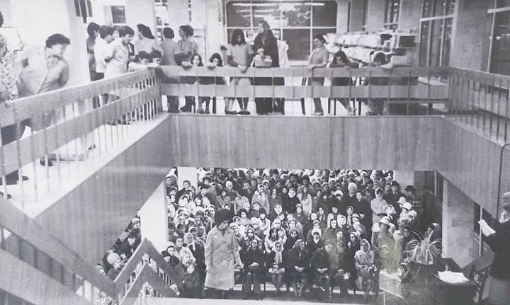 Глядачі зібралися перед головними сходами &quot;Будинку Одягу&quot;, щоб дивитися показ мод<br />