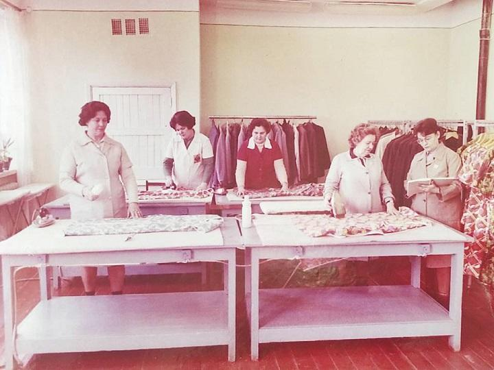 Увесь одяг, який надходив на полиці &quot;Будинку Одягу&quot; прасувався. На світлині - робочий процес<br />