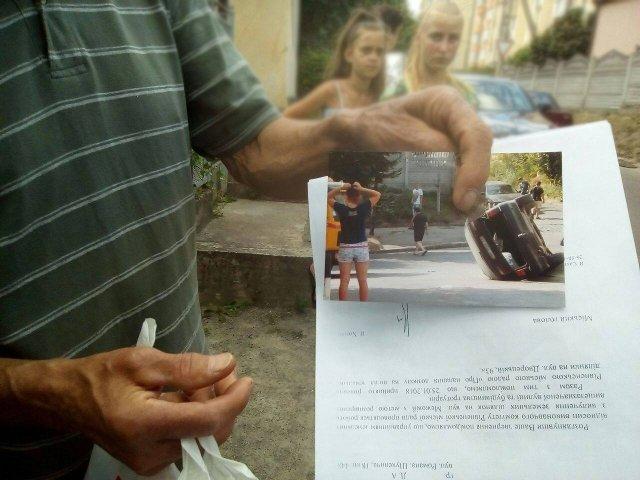 Мешканець вулиці Межова демонструє фото ДТП
