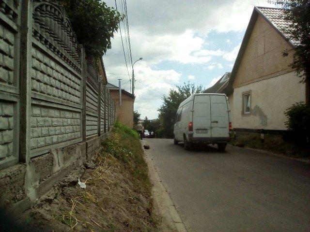 Авто рухається вулицею Межова