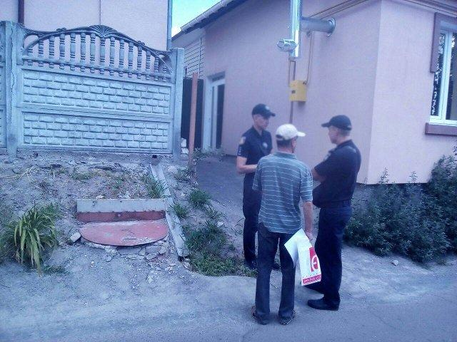 Мешканець вулиці Межова розмовляє з патрульними
