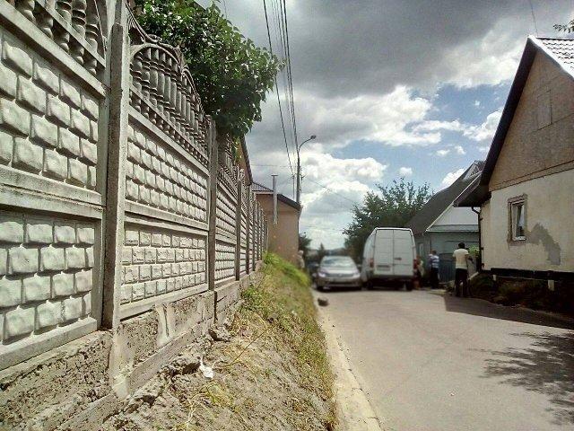 Авто рухаються вулицею Межова
