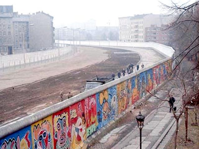 This image of the Berlin Wall was taken in 1986 by Thierry Noir at Bethaniendamm in Berlin-Kreuzberg.<br /> <br /> <br /> Автор: Noir, CC BY-SA 3.0, https://commons.wikimedia.org/w/index.php?curid=1402275
