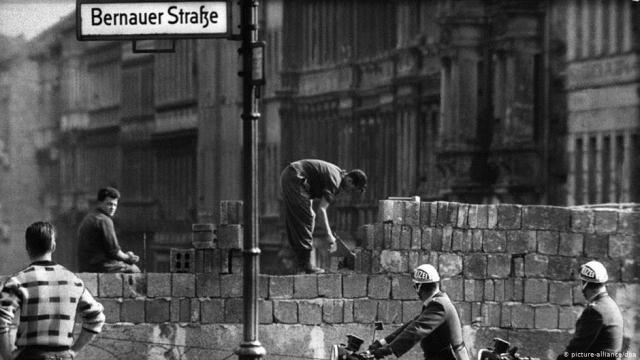 Побудова Берлінського муру в Берліні, серпень 1961 року - фото з dw.com<br /> <br />