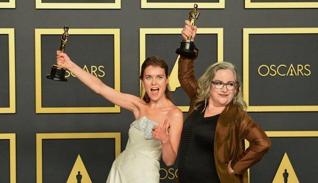 Олена Андрейчева та Керол Дайсінгер тримають статуетки Оскар, фото з oscar.go.com